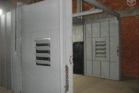 Portas com janelas basculantes para regular corrente de ar dentro da gabine